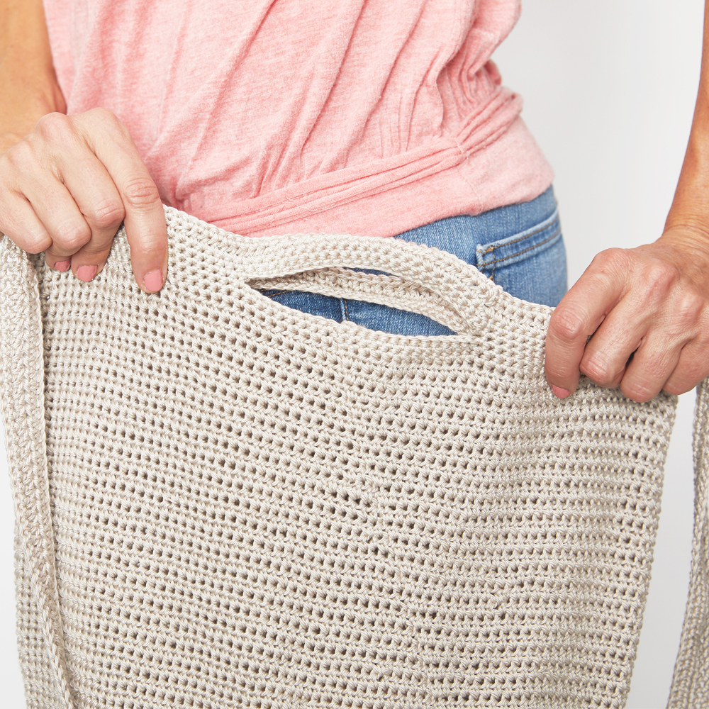 You'll never forget to bring your reusable bag to the grocery store ever again when you make this market tote bag. #crochetbag #crochettote #crochetlove #crochetaddict #crochetpattern