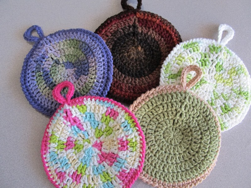 Circular Potholders - These crochet pot holders aren't challenging to work up and provide a nice lazy day project. Pick out a pot holder pattern and get to work. #CrochetPotHolders #CrochetPatterns #EasyCrochetPatterns
