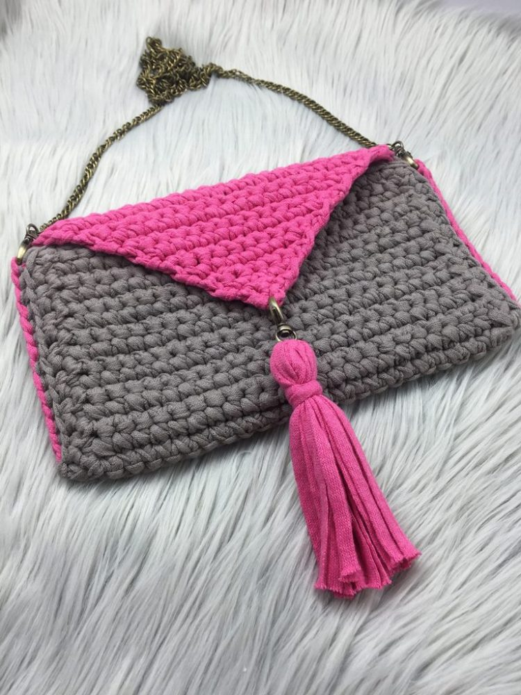 Beginner-Friendly Crochet Purse - These free crochet purse patterns are full of creative, adventurous ideas. Switch up your look or gift a friend one of these new crochet bags. #CrochetPursePatterns #CrochetPatterns #FreeCrochetPatterns