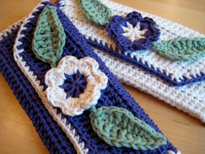Dollar Size Purses - These free crochet purse patterns are full of creative, adventurous ideas. Switch up your look or gift a friend one of these new crochet bags. #CrochetPursePatterns #CrochetPatterns #FreeCrochetPatterns