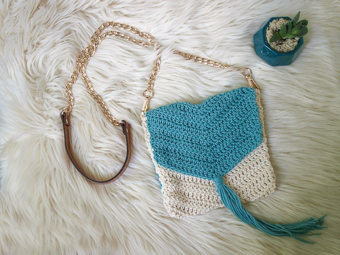 Easy Boho Crochet Purse - These free crochet purse patterns are full of creative, adventurous ideas. Switch up your look or gift a friend one of these new crochet bags. #CrochetPursePatterns #CrochetPatterns #FreeCrochetPatterns