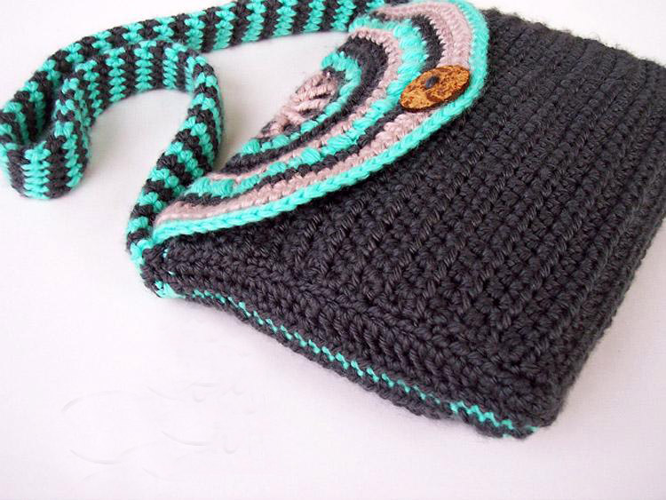Minty Mandala Purse - These free crochet purse patterns are full of creative, adventurous ideas. Switch up your look or gift a friend one of these new crochet bags. #CrochetPursePatterns #CrochetPatterns #FreeCrochetPatterns