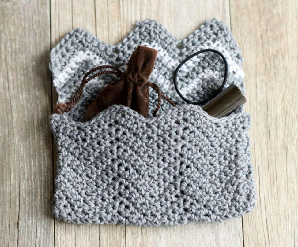 Lil' Mountains Purse Pouch - These free crochet purse patterns are full of creative, adventurous ideas. Switch up your look or gift a friend one of these new crochet bags. #CrochetPursePatterns #CrochetPatterns #FreeCrochetPatterns