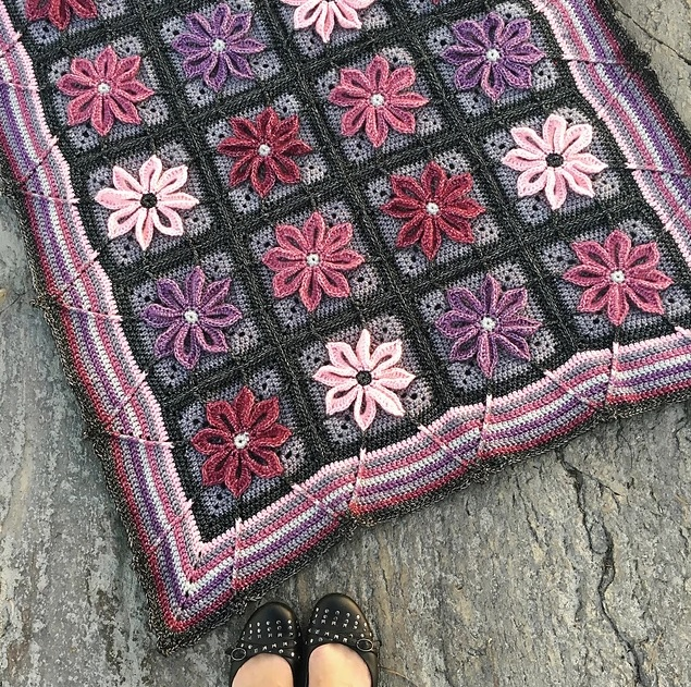 Autumn Aster Blanket - We're celebrating the arrival of Fall by putting together these Fall-inspired free crochet blanket patterns. #freecrochetblanketpatterns #crochetpatterns #fallcrochetblankets