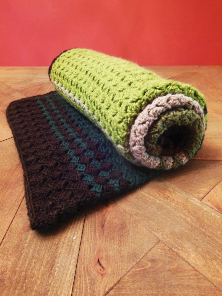 Crochet Afghan Fall Colors - We're celebrating the arrival of Fall by putting together these Fall-inspired free crochet blanket patterns. #freecrochetblanketpatterns #crochetpatterns #fallcrochetblankets