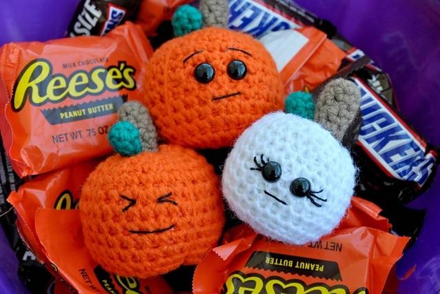 Halloween Pumpkin Amigurumi - These 13 crochet Halloween pumpkin patterns should be enough to create all the pumpkins you want. #crochethalloweenpumpkins #crochetpatterns #halloweencrochetpatterns