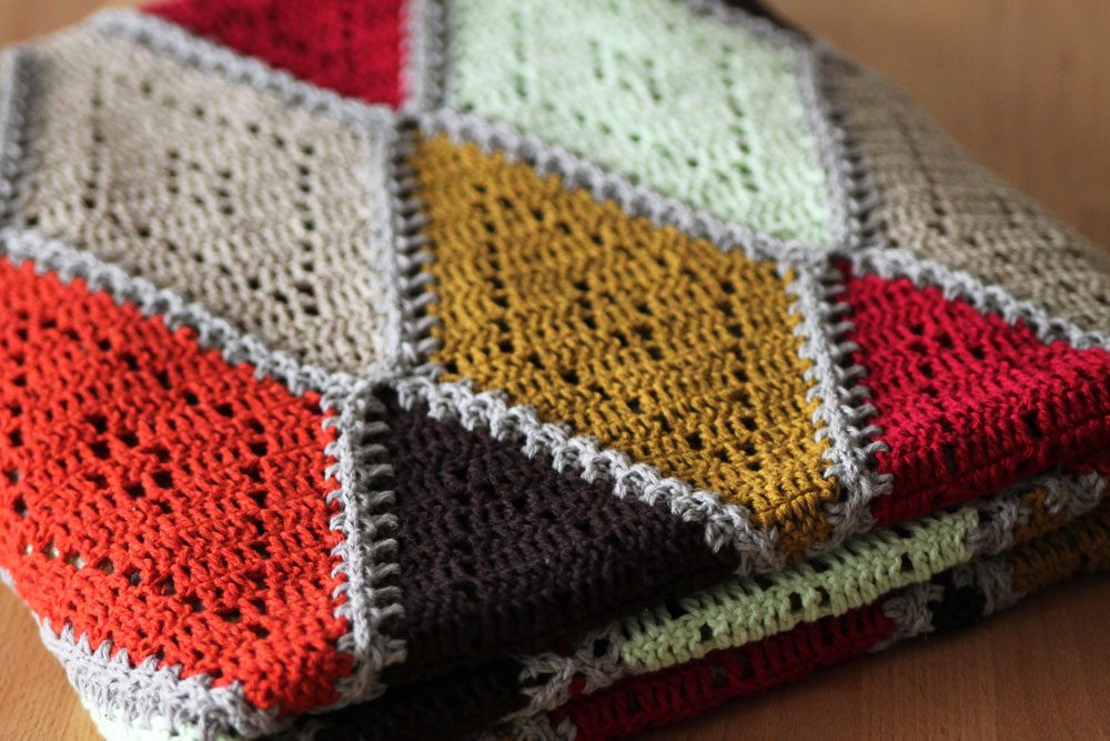 Spicy Diamond Blanket - We're celebrating the arrival of Fall by putting together these Fall-inspired free crochet blanket patterns. #freecrochetblanketpatterns #crochetpatterns #fallcrochetblankets