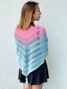 Such Simple Shawl - No matter what you're looking for these crochet shawl patterns will allow you to learn, grow and express yourself! #crochetshawlpatterns #crochetpatterns #freecrochetpatterns
