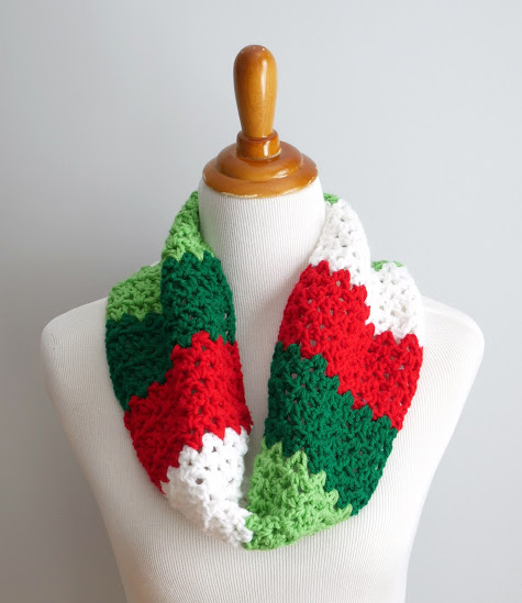 Crazy Fast Christmas Cowl - This list of free crochet patterns has some fun Christmas decorations that will deck your halls and bring jolly to your days! #crochetpatterns #christmascrochetpatterns #holidaycrochetpatterns