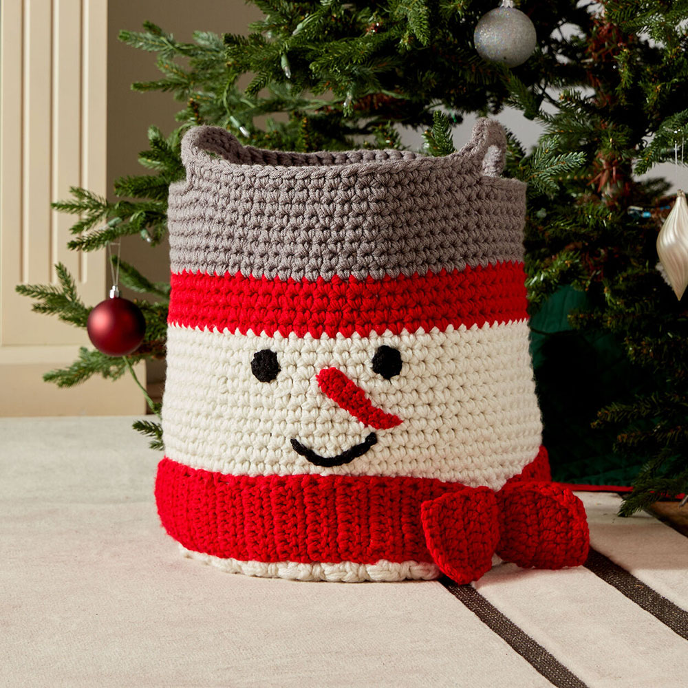 Crochet Snowman Basket - This list of free crochet patterns has some fun Christmas decorations that will deck your halls and bring jolly to your days! #crochetpatterns #christmascrochetpatterns #holidaycrochetpatterns