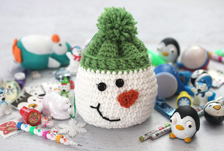 Crochet Snowman Sack With Stocking Stuffers - This list of free crochet patterns has some fun Christmas decorations that will deck your halls and bring jolly to your days! #crochetpatterns #christmascrochetpatterns #holidaycrochetpatterns