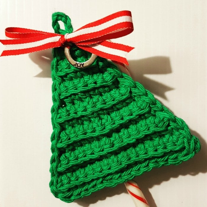 Last Minute Christmas Tree Candy Cane Holders - This list of free crochet patterns has some fun Christmas decorations that will deck your halls and bring jolly to your days! #crochetpatterns #christmascrochetpatterns #holidaycrochetpatterns