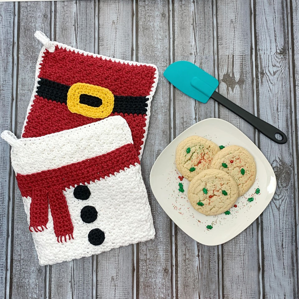 Snowman Belly Pot Holder - This list of free crochet patterns has some fun Christmas decorations that will deck your halls and bring jolly to your days! #crochetpatterns #christmascrochetpatterns #holidaycrochetpatterns