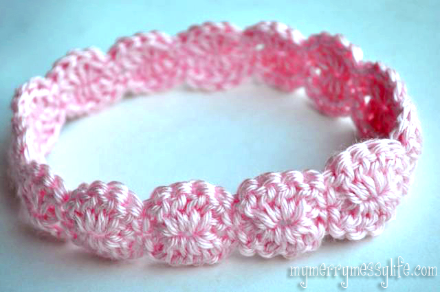 Crochet Shell Headband - These crochet headbands will be a great gift for your little daughters, nieces or girlfriends who love to keep their hair away from their faces. #crochetheadbands #crochetheadbandpatterns #crochetpatterns