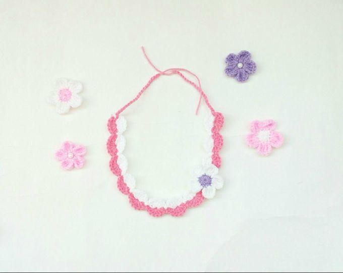 Sara's Headband - These crochet headbands will be a great gift for your little daughters, nieces or girlfriends who love to keep their hair away from their faces. #crochetheadbands #crochetheadbandpatterns #crochetpatterns