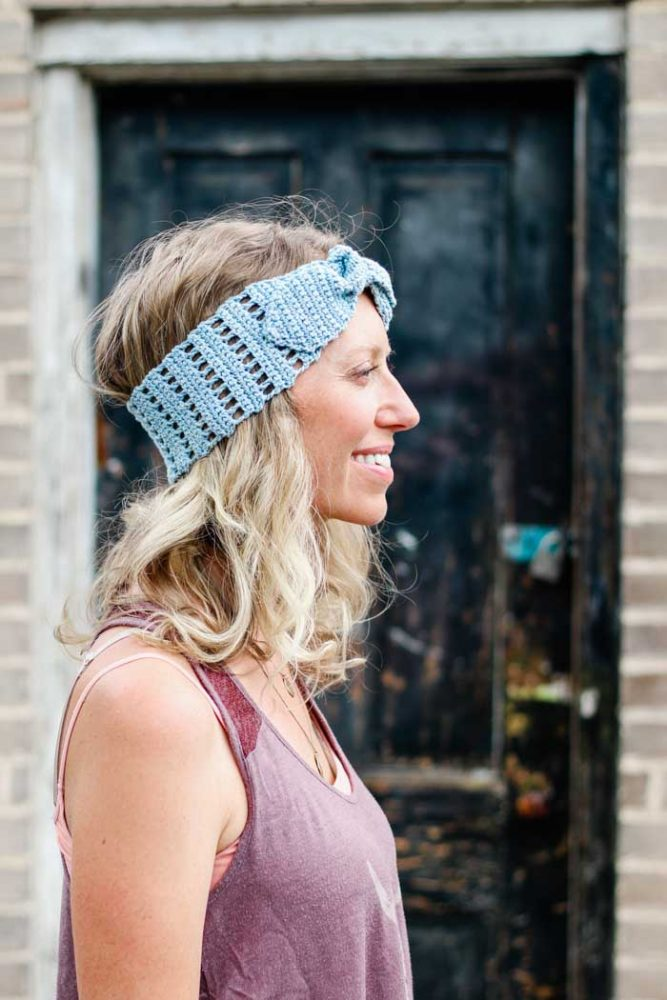 Vintage Crochet Headband - These crochet headbands will be a great gift for your little daughters, nieces or girlfriends who love to keep their hair away from their faces. #crochetheadbands #crochetheadbandpatterns #crochetpatterns
